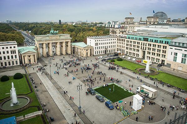 004-in-city-golf-berlin-panorama-mit-gr%c3%bcn-vor-brandenburger-tor-1