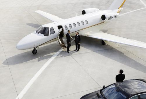 ein-gescha%c2%a4ftsreisender-ist-gerade-aus-dem-lufthansa-private-jet-cj3-gestiegen-und-steuert-begleitet-vom-piloten-eine-limousine-auf-dem-vorfeld-an-a-business-traveller-just-got-out-of-the