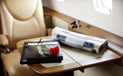 stillleben-tisch-im-lufthansa-private-jet-xls-mit-lpj-mappe-und-zeitungen-still-table-in-the-lufthansa-private-jet-xls-with-the-lpj-folder-and-newspapers