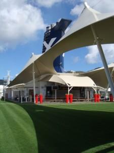 Luxusliner Celebrity Solstice mit echtem Rasen auf dem obersten Deck