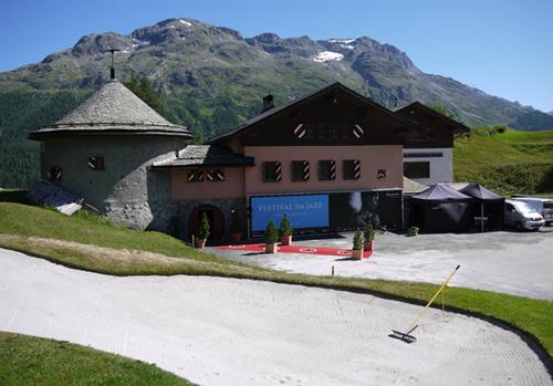 Bei den Golf-Löchern 2 und 3 des Kulm Golfplatzes spielt man galant am weltberühmten Dracula-Club vorbei, welcher von Gunter Sachs im Jahre 1973 gründete