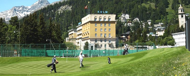 Das Kulm Hotel thront mitten in St. Moritz und liegt nicht weit vom Bahnhof, wo der Glacier Express ein- und abfährt.