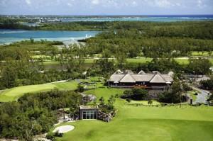 Luftaufnahme der Île aux Cerfs mit landestypischem Clubhaus und tropischem Flair auf dem Golfplatz - Photocredit: Sun Resorts