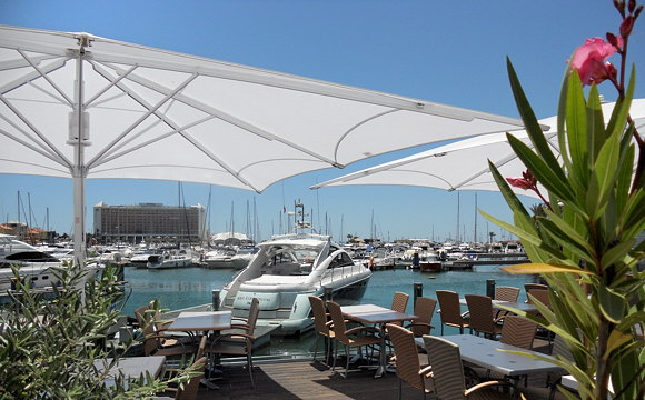So lässt es sich aushalten - hier das Deck des Restaurants Fragata direkt an der Marina