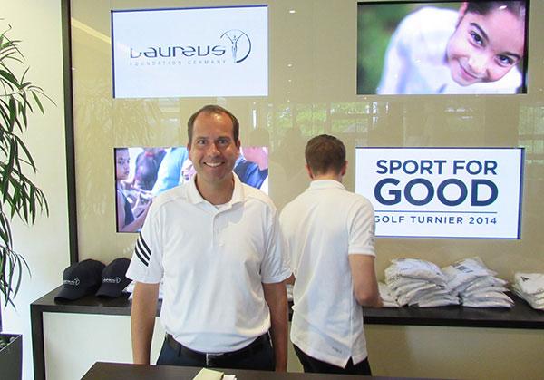 Geschäftsführer Korbinian Kofler des Münchener Golfclub Eichenried bei der Tee Geschenk Ausgabe. Er selbst wird zweiter in der HC Klasse A, mit 30 Bruttopunkten