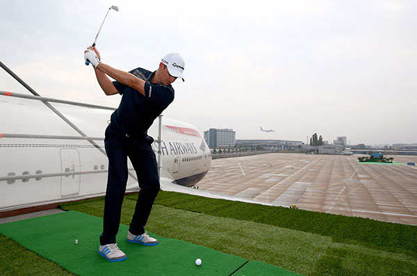 Justin-Rose-tees-off-the-wing-of-a-British-Airways-Boeing-747-Fotocredit-GettyImages-fuer-British-Airways