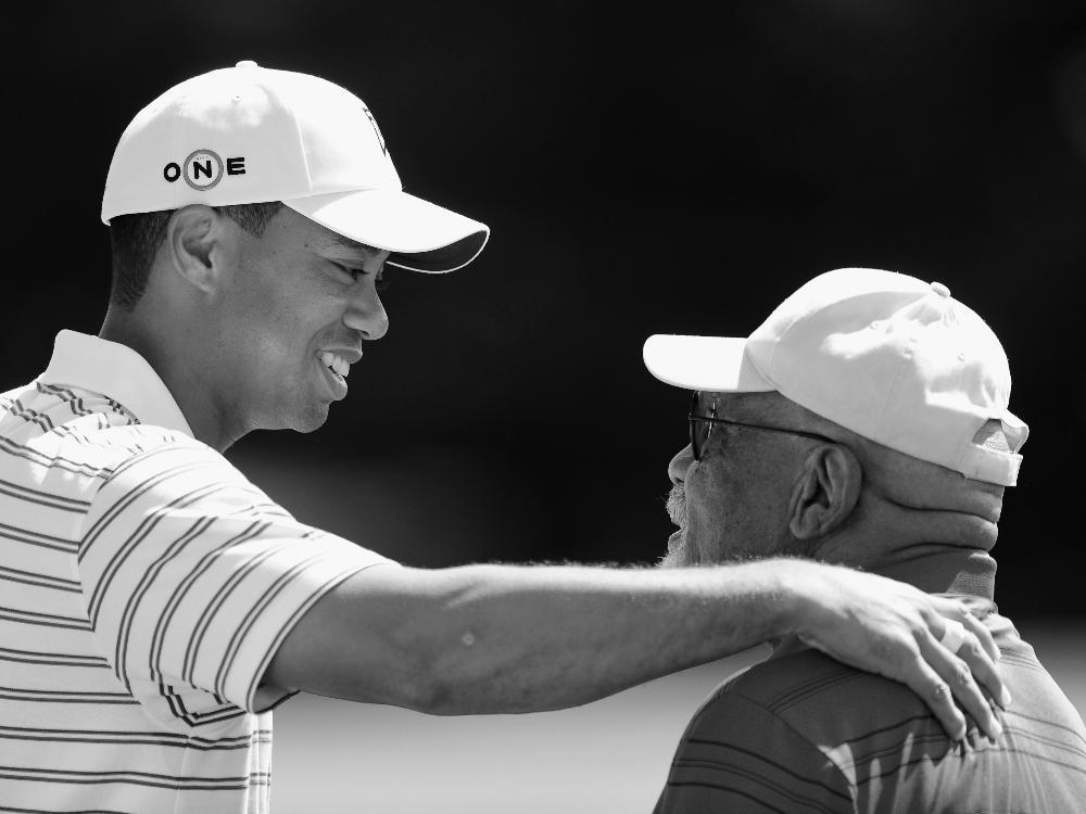Charlie Sifford (r.) und Tiger Woods (l.)