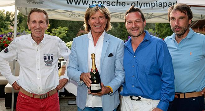 Peter von Oppen (li) mit dem Vorstand des Presse Golf Club, Christian Fellner und Ralf Ruschewitz bedanken sich bei HH