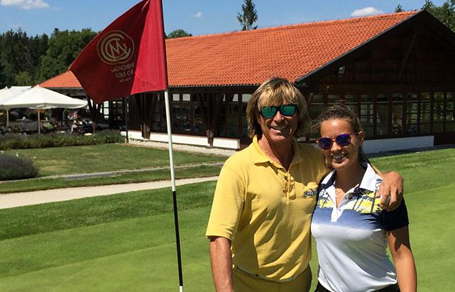 spielen oft eine gemeinsame Golfrunde im Golfclub Eichenheim Tochter Laura Hinterseer