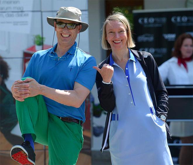 Schon vor dem Start ein gutes Gefühl Prinz Wolfgang von Bayern beim Checkin mit Yvonne Wirsing Geschäftsführerin von exklusiv-golfen.de und exklusiv-muenchen.de
