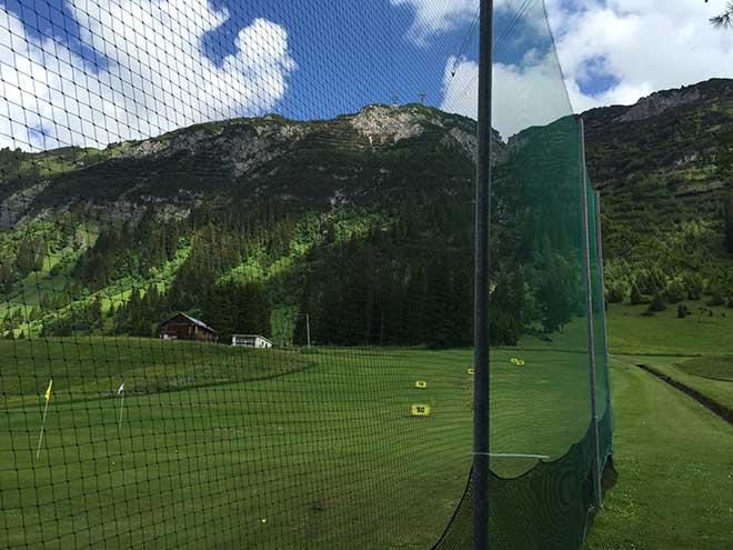 Die Driving-Range ist in Lech direkt im Ortskern. Für Golfurlaub perfekt, hat man keine großen Anfahrtswege.