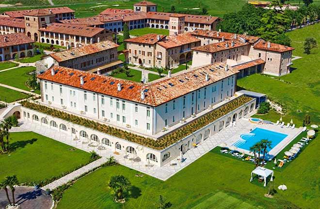 Dieses Golfhotel wurde um eine Abtei aus dem 12. Jahrhundert herum erbaut. Es liegt 3 km vom Turm San Martino della Battaglia und 21 km vom Parco Giardino Sigurtà entfernt. Die hellen Zimmer und Suiten mit antiken Möbeln sind mit kostenlosem WLAN, Flachbildfernsehern und Sitzbereichen sowie teilweise mit Himmelbetten ausgestattet.Zimmer mit gehobener Ausstattung bieten zudem Marmorbadezimmer und Ausblick. Das gastronomische Angebot umfasst kostenloses Frühstück, 2 Restaurants und eine Bar. Es gibt einen Golfplatz, einen Fitnessraum und ein Sportzentrum.