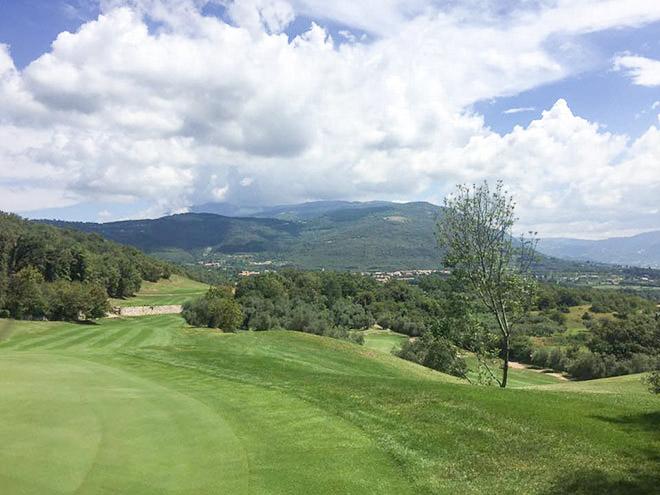 Auf dem Golfplatz Ca' degli Ulivi heißt es Golfspielen mit Blick auf den Gardasee - auf dem 3km oberhalb von Garda wunderschön gelegenen Golfplatz Ca' degli Ulivi ist das selbstverständlich. Der 18-Loch Champion-Course ist umgeben von Olivenhainen und Zypressen und bietet dem Golfspieler an mehreren Löchern einen herrlichen Blick auf den Gardasee. Allerdings verlangt dieser Platz durchaus einige Höhenmeter ab. Nach dem Spiel kann man sich auf der herrlichen Terrasse mit Seeblick erholen.