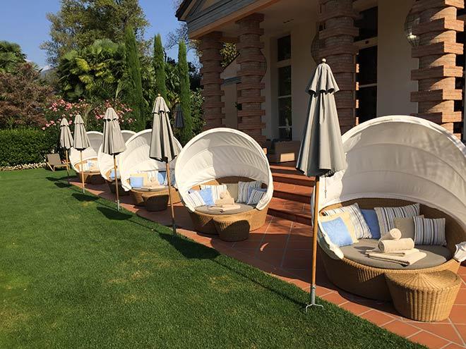 Hier in den Sonnenliegen, Day-Beds im Garten des Giardino genießt man das Tessiner Klima.