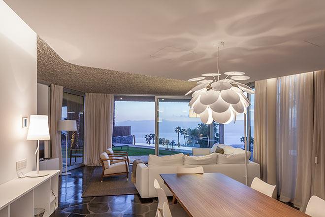 Exklusive Adresse für Wohnen am Golfplatz: Mit klaren Linien, natürlichen Materialien und Wänden aus Glas haben die Bellevue Villas ein modernes Design und einen atemberaubenden Blick auf den Golfplatz, den Atlantik bis hin zur Insel La Gomera.