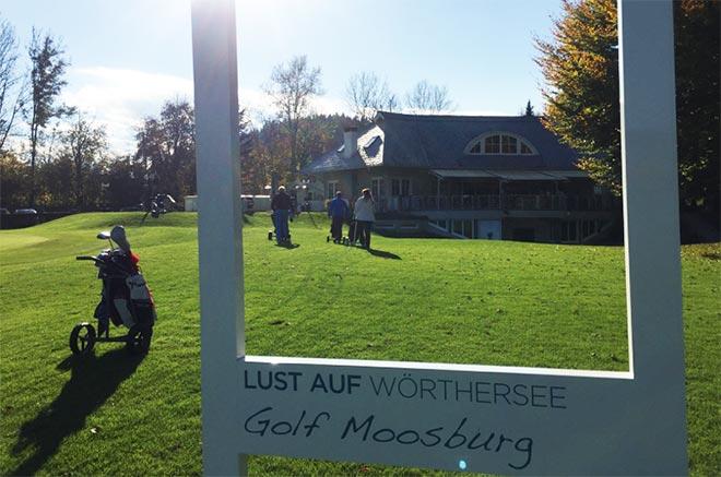 Ein großer Bilderrahmen für Erinnerungsfotos steht auf dem Weg zwischen Grün 18 und dem Clubhaus. Nicht nur deswegen bleibt Golf Moosburg jedem Golfer in Erinnerung!