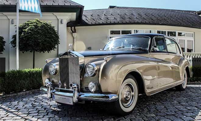 Die Münchner Schörghuber Hotel-Gruppe besitzt die größte Classic Cars Sammlung Deutschlands. Auch in Schloss Fuschl stehen die Oldtimer. Fotocredit: Hotel Schloß Pichlarn