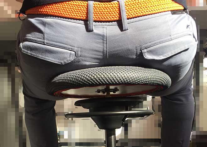 Golftraining mit Balimo: In der Sitzplatte ist ein Punktgelenk mit 360 Grad eingelassen. Was dieses bewirkt, beschreiben wir im Artikel.