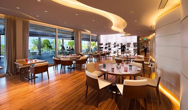 Wände und Restaurant-Decke deuten Wellen an. Auch von hier aus hat man einen exzellenten Blick auf Lugano.