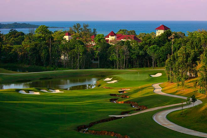 Malaysia Golf Course von Ernie Els: Loch 11 mit spektakulären Ausblick. Fotocredit: Kevin Murray