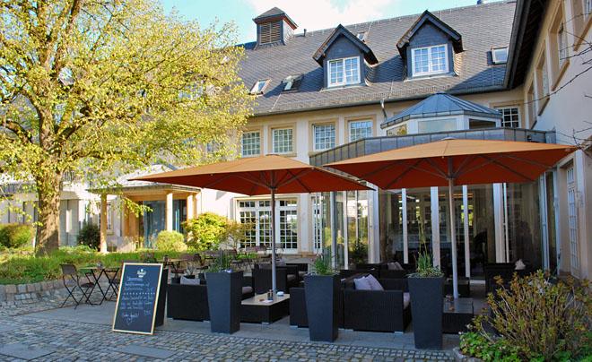 Romantischer Innenhof des Hofgutes mit Lounge und Gastronomie