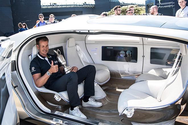 Henrik Stenson im visionäres Forschungsfahrzeug Mercedes-Benz F015 Luxury in Motion transportiert den Siegerpokal 'Claret Jug'