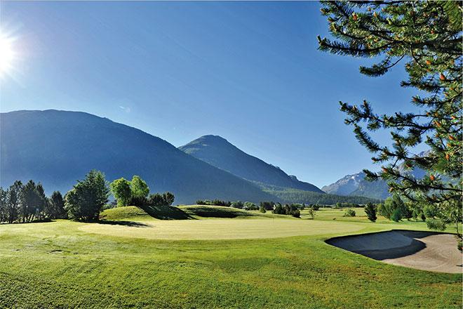 Trotz 1700 Höhenmetern überrascht die Golfanlage Samedan mit seinen flachen Fairways und Grüns.