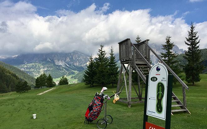 Von 'schwarz' spielen im Golfclub 'Alta Badia' die Männer. Von 'weiß' schlagen die Frauen ab.