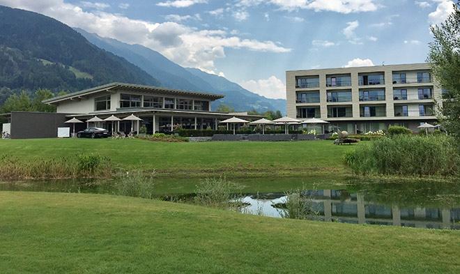 Auf Fairway 7 des Keuco-Course hat man Blick auf das 5-Sterne-Hotel Dolomitengolf Suites, wo man auch als Auswahl essen gehen kann.