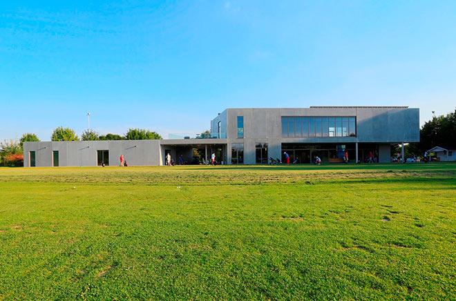 Blick auf Clubhouse und Driving Range vom New Golf Club Ulm. Fotocredit: Matthias Leo