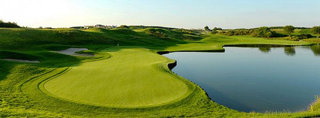 Bald Ryder Cup Feeling: Loch Nr. 1 des 'Le Golf National' Golfplatzes