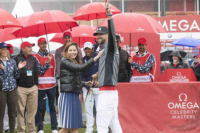 Michelle Monaghan bedankte sich später auf Ihrem Instagram-Kanal #realmonaghan bei Michael Phelps, welcher unter strömenden Regen den SiegerPutt lochte. Fotocredit: XEPO