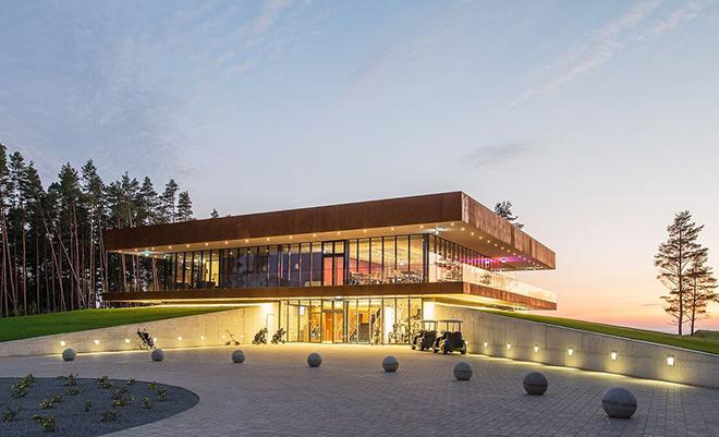 Stylisches Clubhaus mit Blick auf die Ostsee