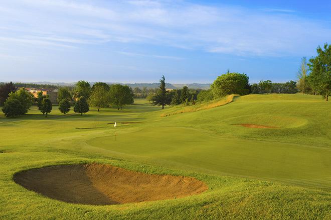Schwere Bunker und ondulierte Grüns zeichnen neben seiner wunderschönen Landschaft den Golf Club La Rocca aus. Foto: Golf Club La Rocca