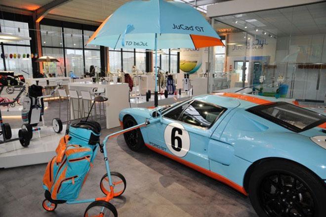 Übers Jahr verteilt gibt es spezielle Sonder-Editionen der Golfcarts. Hier der JuCad GT. Die Inspiration dafür gab der Ford Racing Car, welcher im neuen JuCad Center natürlich ausgestellt, aber unverkäuflich ist!