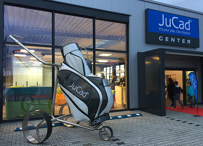 Auf 2.000 qm kann man jetzt in Limburg in die JuCad Golfwelt so richtig eintauchen.