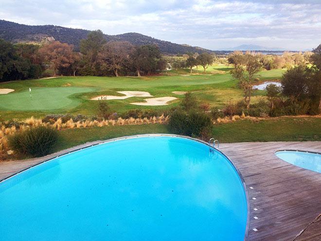 Vom Hotel-Außen-Pool schaut man direkt auf den Golfplatz!