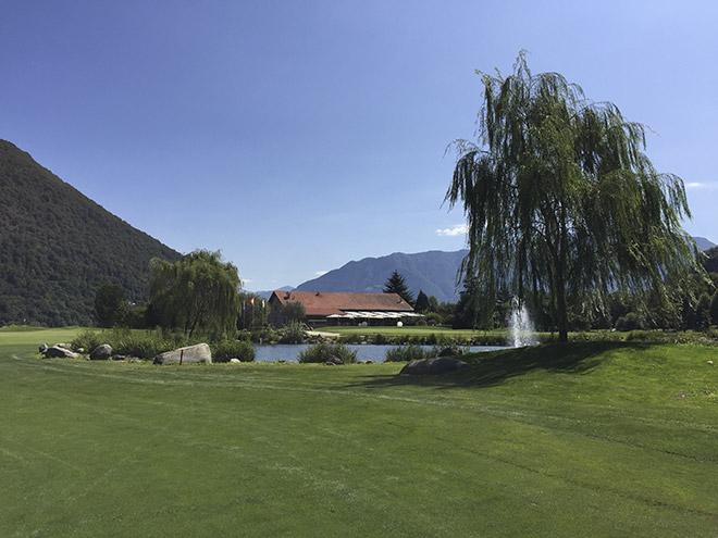 Blick zum Clubhaus. Der Golfclub Losone war vor einigen Jahren schwerer zu spielen, da viele Bälle hinter großen Steinen verschwanden. Jetzt ist dieser leichter zu spielen.
