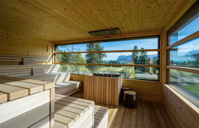Panorama-Sauna mit Ausblick: Insgesamt gibt es acht verschiedene Saunen im Innen- und Außenbereich und speziell in dieser Sauna gibt es tolle Aufgüsse