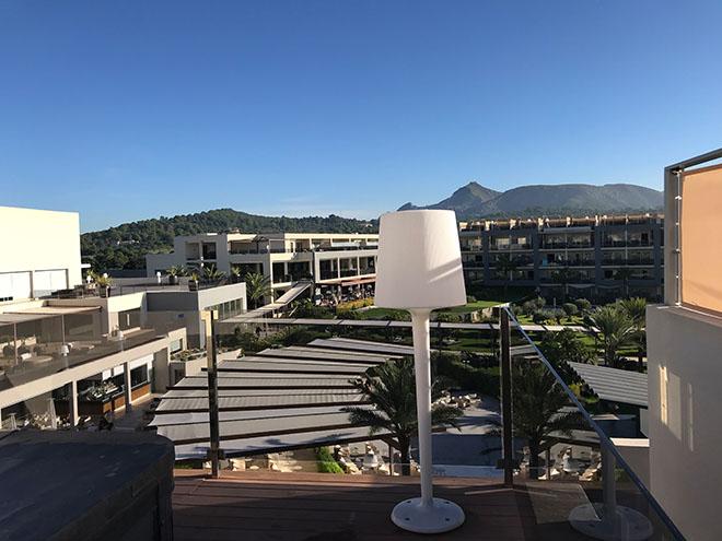 Blick von der privaten Dachterrasse eines Royal Terrace Apartments auf den Hotelkomplex