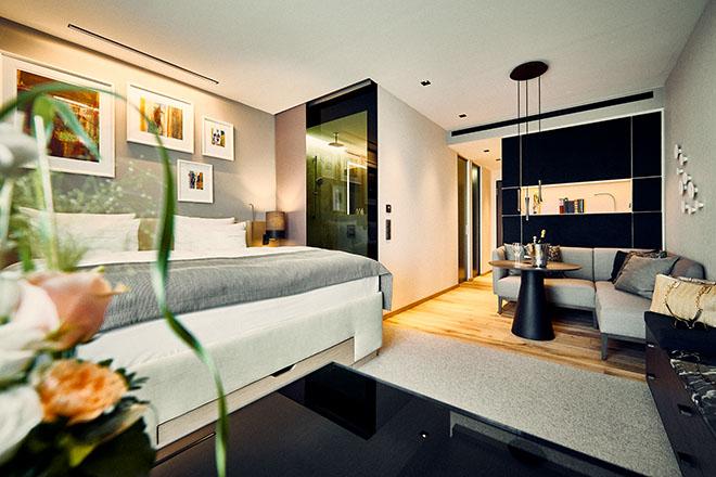 Im Südflügel stehen 24 Deluxe Süd Zimmer (36 qm), weitere sechs Suiten (52 qm) und die große Öschberghof Donaueschingen Suite (111 qm) zur Auswahl. Bild: Deluxe Süd Zimmer