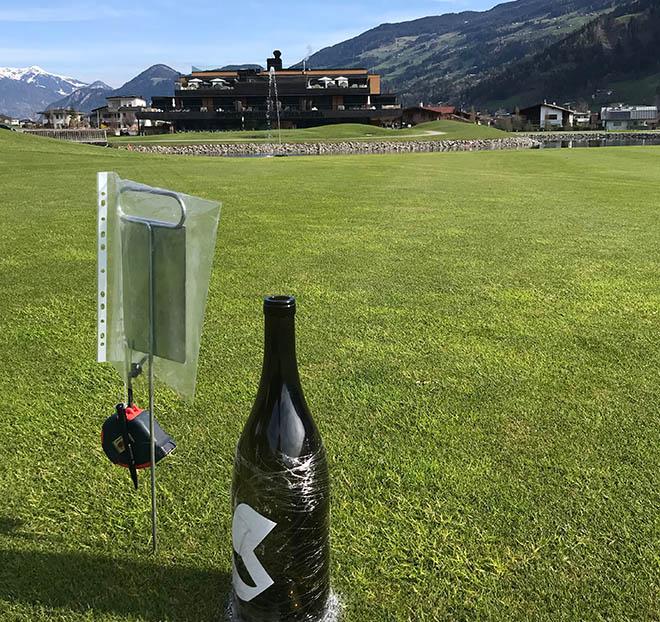 Abschlag übern Teich: Am Loch 10 war die Wein-Magnum auf 150 Meter gesteckt.