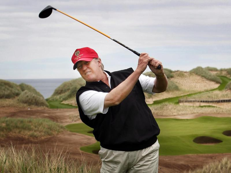 Donald Trump gratuliert Tiger Woods. Foto: Danny Lawson/PRESS ASSOCIATION