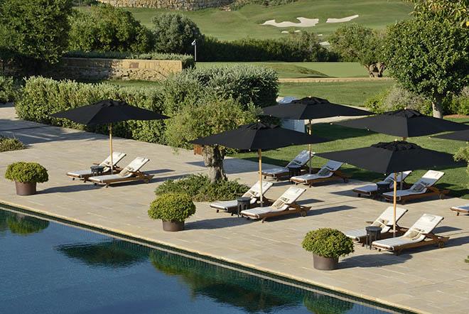 Finca Cortesin Poolbereich mit Blick zum Golfplatz