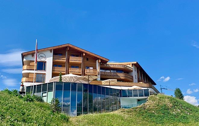 Die Außenfassade vom Hotel Goldener Berg wurde mit hellem Holz aus der Region verkleidet.