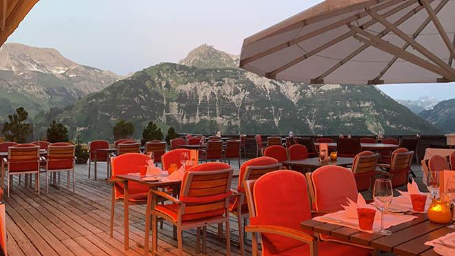Bergpanorama zu jeden Tageszeit. Im Sommer wird auf der großen Hotel-Terrasse vom Hotel 'Goldener Berg' diniert.
