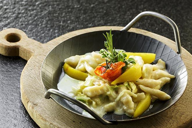 Empfehlung vom Küchenchef: 'Pizokel sind ähnlich wie Spätzle'. Er serviert sie als vegetarischen Gang - verfeinert mit Quark, pochiertem Safran und Thurgauer Birnen. Fotocredit: