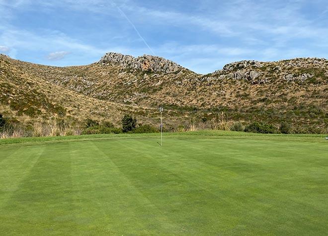 Das 15.te Green ist sehr groß und man schaut auf eine Bergkuppe, welche man auch vom Carrossa Hotel erblicken kann.