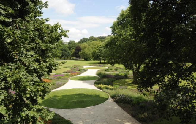 Ob er die Rasenpunkte den Greens nachempfunden hat? Der Piet Oudolf Garten vom Gräflicher Park Health & Balance Resort ist außergewöhnlich.