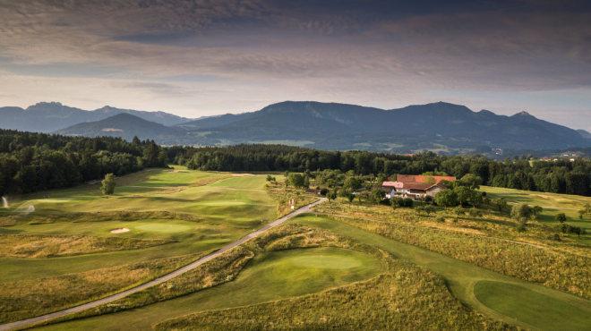 Drei Jahre lang wurde die Golfanlage Patting-Hochriesblick vom renommierten Architektenteam Dr. Hendrick Hilgert und Frank Pont von Infinite Variety vollständig neu gebaut. 2020 ist die erste Golfsaison für den Reversible-Golfplatz!